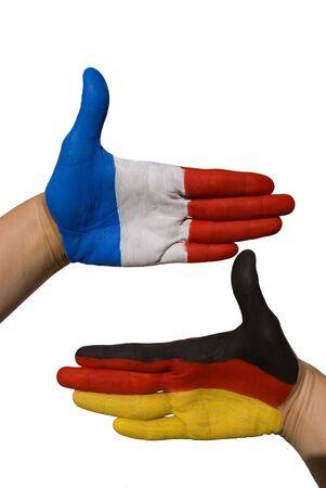 tratados: dos manos pintadas con el alem�n y el franc�s de la bandera