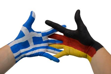 strife: due mani dipinte con i colori della Germania e Grecia