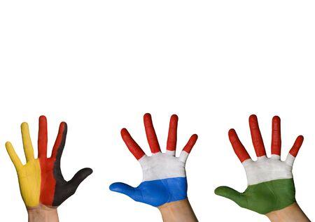 tratados: tres manos de diferentes colores ondulantes, aislado