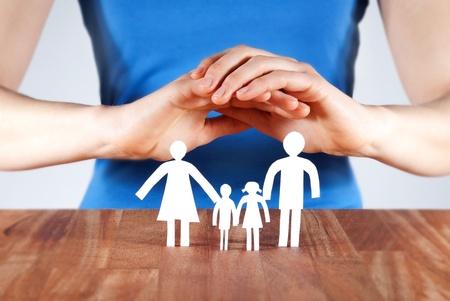 manos la protecci�n de una familia de cadena de papel blanco