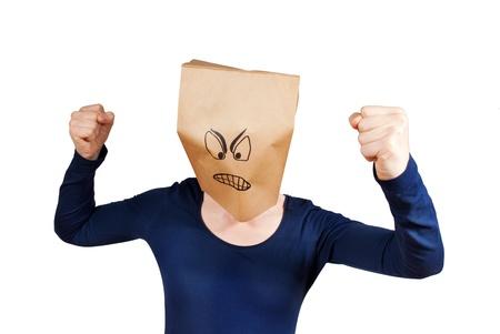 una persona con una bolsa de papel sonriente enojado en su cabeza, aislado