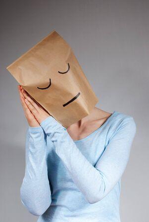 eine Person symbolisiert Müdigkeit, auf grauem Hintergrund