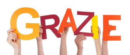 agradecimiento: Muchas Manos que sostienen la palabra italiana que significa Grazie Gracias, Aislado