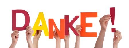 agradecimiento: Algunos Agarrados de la mano del Danke palabra alemana que significa Gracias, Aislado