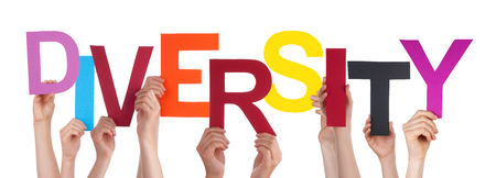 diversidad cultural: Muchas Manos que sostienen la Palabra Diversidad de colores, aislados