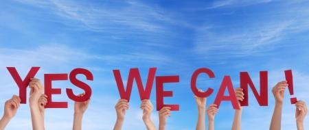 tu puedes: Muchas Manos que sostienen las palabras s� podemos in the Sky Foto de archivo