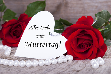 in liebe: Heart Label with the German Words Alles Liebe zum Muttertag which means Happy Mothers Day and Roses Stock Photo