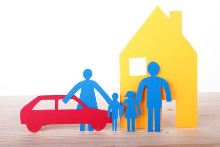 apoyo familiar: Familia de cadena de papel colorido con el coche y la casa, aislada