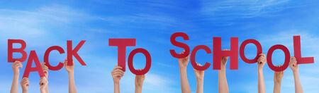 convivencia escolar: Muchas personas o Ni�os que sostienen las palabras a la escuela en el Cielo