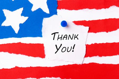 thanksgiving day symbol: Grazie Nota su uno sfondo di bandiera americana
