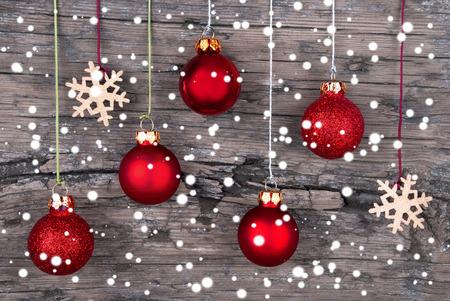 Weihnachtskugeln und Schneeflocken auf Holz mit Schneeflocken Weihnachten und Winter-Hintergrund