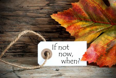 Ein Herbst Hintergrund mit einem Label, auf dem steht Wenn nicht nicht, wenn