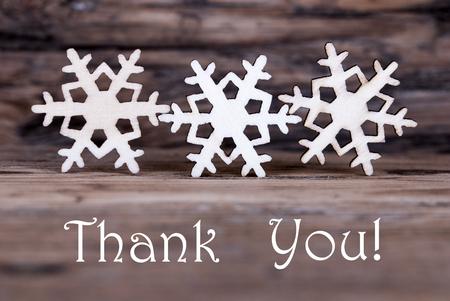 agradecimiento: Tres copos de nieve de madera con las palabras le agradecen Foto de archivo
