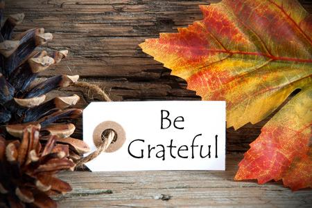 agradecimiento: Fondo otoñal con una etiqueta con Be Grateful en él Foto de archivo
