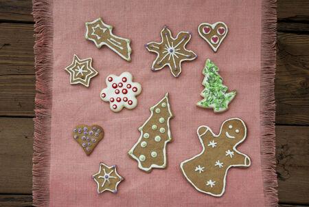 stile country: Molti Cookie Gingerbread su una rosa Tovaglietta su fondo in legno con Country Style