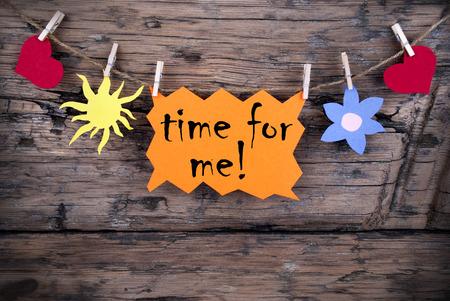 Orange Etikett oder Label mit Sonne und zwei Herzen und Blumen auf eine Zeile mit Leben-Zitat Zeit für mich, auf Holzuntergrund, Four Symbols, Vintage, Retro And Old Fashion Style mit Rahmen