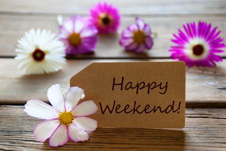 Brown Aufkleber mit englischem Text Happy Weekend mit lila und weißen Blüten Cosmea auf Holzuntergrund Vintage Retro Oder Rustikaler Stil