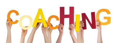 Viele Menschen kaukasischen Und Hände halten bunte Buchstaben oder Zeichen Building The Isolated English Word Coaching auf weißem Hintergrund