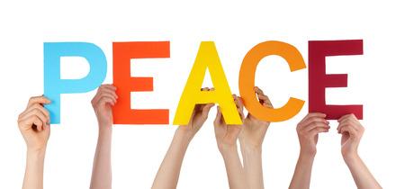 많은 백인 사람들과 손에 들고 다채로운 직선 문자 또는 문자 흰색 배경에 고립 된 영어 단어 평화를 구축