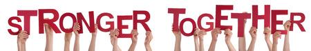 personas unidas: Muchas personas cauc�sicas Y Manos celebraci�n rojo letras o caracteres Edificio El aislada Ingl�s de Word Stronger Together En El Fondo Blanco