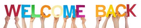 personas de espalda: Muchas personas de raza blanca y las manos con cartas rectas coloridos o personajes construcción de la aislada Inglés de Word Welcome Back En El Fondo Blanco