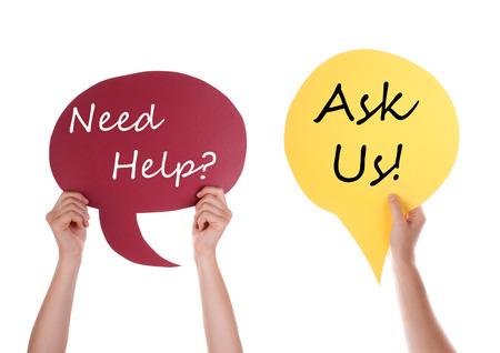 aide à la personne: Mains tenant une bulle rouge et jaune phylactère ou de la parole avec l'anglais Conversation Besoin d'aide Posez-nous isolé sur blanc Banque d'images