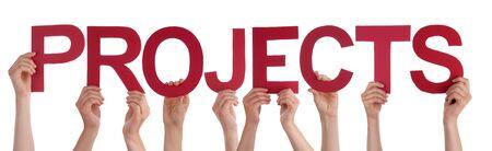 Beaucoup de personnes de race blanche et les mains tenant Rouges Lisse lettres ou caractères construction les projets de mots anglais isolé sur fond blanc