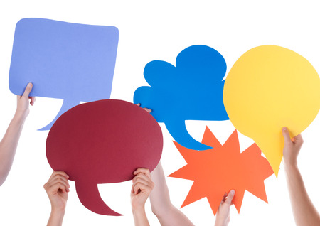 Viele Hände Bunte Rede Ballons oder Sprechblasen mit Kopie Raum isoliert auf weiß