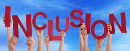 Viele Menschen Caucasian And Hands Holding Red Buchstaben oder Zeichen Gebäude das englische Wort Inclusion auf blauem Himmel