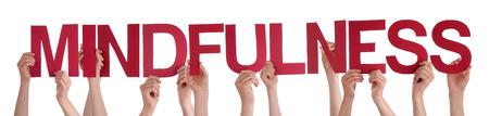 mindfulness: Veel blanke mensen en handen die rode Straight letters of tekens Gebouw De Geïsoleerde Engels Woord Mindfulness Op Witte Achtergrond