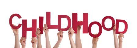 niños con pancarta: Muchas personas caucásicas Y Manos celebración rojo letras o caracteres Construyendo El aislada Inglés Palabra Infancia En El Fondo Blanco Foto de archivo