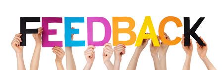 Muitas pessoas caucasianas e mãos segurando letras retas coloridas ou construção de caracteres o feedback isolado palavra inglesa sobre fundo branco