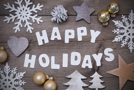 vacaciones: Letras blancas con la palabra Felices Vacaciones en fondo marrón de madera. Tarjeta de felicitación de Navidad. Gray rústica, estilo de la vendimia. Decoración de Navidad, árbol de Navidad, copos de nieve, bola de oro de la Navidad Foto de archivo