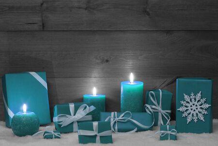 turquesa: Decoraci�n de Navidad con turquesa velas, regalos de Navidad hecha a mano, Regalos, copo de nieve, Snow.Peaceful Ambiente Con luz de las velas. Madera, vintage, r�stico Background.Copy Space.Black y negro Imagen