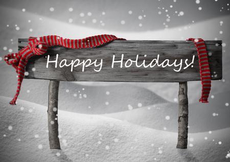 Grau Holz Weihnachten Zeichen auf weißem Schnee. Verschneite Landschaft, Schneeflocken. Red Ribbon, englischer Text frohe Feiertage. Weihnachtsschmuck oder Weihnachtskarte. Rustikal oder Vintage Syle.Black Weiß-Bild