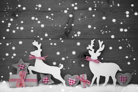 renos de navidad: Decoración de Navidad con el reno par en amor en blanco como la nieve, copos de nieve. Regalo de navidad, presente, cinta, corazón, estrella. Gray, rústico, fondo de madera de la vendimia. Imagen blanco y negro. Red hotspot