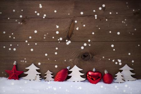 christmas star: Cartolina Di Natale Con Rosso festa Decorazione Su Bianco Neve. Palla Natale, Albero di natale, Stella, fiocchi di neve. Brown, Rustico, Vintage fondo in legno con copia spazio per la pubblicit�