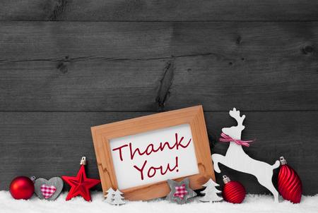 Graue Weihnachtskarte mit Bilderrahmen auf weißem Schnee, funkelnde Sterne. Englisch Text Danke. Rote Weihnachtsdekoration wie Bälle, Baum Und Ren. Holz, Jahrgang Hintergrund. Schwarz und weiß