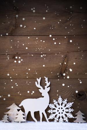 雪と雪のホワイト クリスマス装飾と縦型のクリスマス カード。広告の領域をコピーします。雪の結晶、ツリー、トナカイのような装飾。ビンテージ