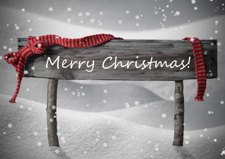 Brown Holz Weihnachten Zeichen auf weißem Schnee. Snowy-Landschaft, Schneeflocken. Red Ribbon, Englisch Text frohen Weihnachten. Weihnachtskarte. Rustikal oder Weinlese-Art-