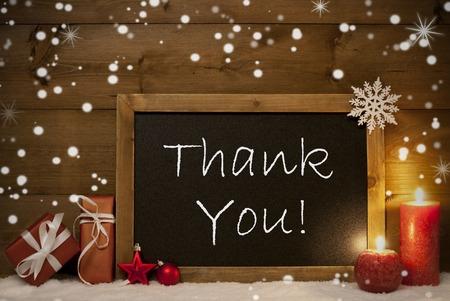 Festliche Weihnachtskarte mit Tafel, Rot Geschenke oder Geschenke, Weihnachten Bälle, Schneeflocken und Kerzen. Weihnachtsdekoration Mit Rustikal, Vintage Brown Holz-Hintergrund. Englisch Text Danke Lizenzfreie Bilder