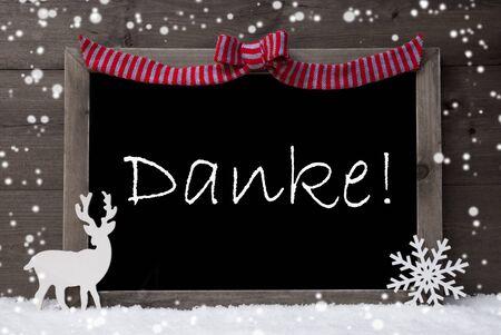 te negro: Tarjeta de Navidad gris Con Chalkoard, Rojo Loop, renos y copos de nieve en blanco como la nieve. Fondo de madera rústica. Con la decoración del texto Alemán Danke Mean Gracias. Imagen blanco y negro