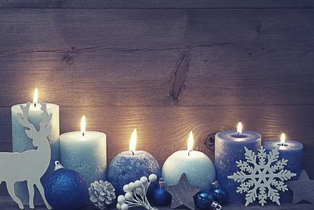 紫と青の蝋燭とビンテージ、ぼろぼろのシックなクリスマス装飾