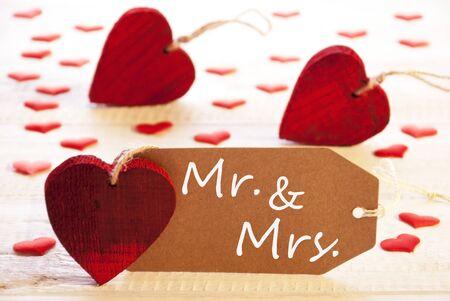 mrs: Etiqueta rom�ntica con muchos corazones. Ingl�s Texto Sr. y Sra fondo de madera y estilo vintage o retro. Foto de archivo