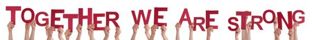 Molti caucasici persone e per mano Red lettere o caratteri edificio Le Isolati inglese Parola Insieme siamo forti su sfondo bianco