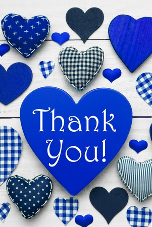 corazones azules: Azul de la textura del corazón vertical con el texto Inglés Gracias. Fondo de madera blanco. Corazones textiles que son de puntos y rayas. Tarjeta de felicitación para Acción de Gracias