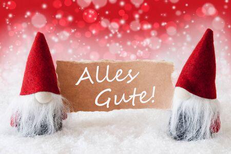 gnomos: Tarjeta de felicitaci�n de la Navidad con dos gnomos rojos. Bokeh espumoso Y Fondo navide�o con nieve. El texto alem�n de Alles Gute Significa mejores deseos
