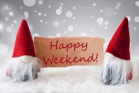 gnomos: Tarjeta de felicitaci�n de la Navidad con dos gnomos rojos. Espumoso bokeh y plata del fondo de Noble con nieve. Ingl�s Texto Happy Weekend