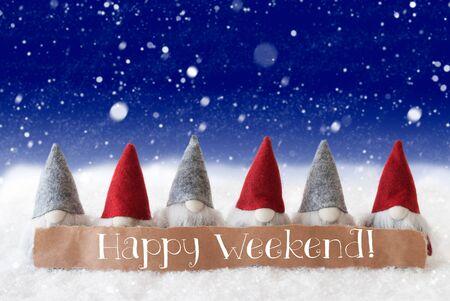 gnomos: Con etiquetar Inglés Texto feliz fin de semana. Tarjeta de felicitación de Navidad con gnomos. Fondo azul con los copos de nieve