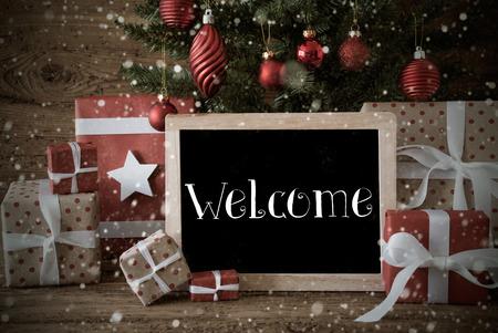 Tarjeta de Navidad nostálgica para los saludos de las estaciones. Árbol de Navidad con bolas y copos de nieve. Regalos O Presentes En El Frente De Fondo De Madera. Pizarra con bienvenida en inglés